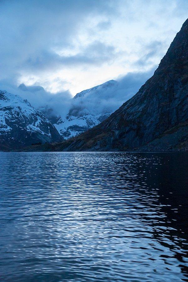 Über die Wasser (bei Hamnøy, Lofoten)